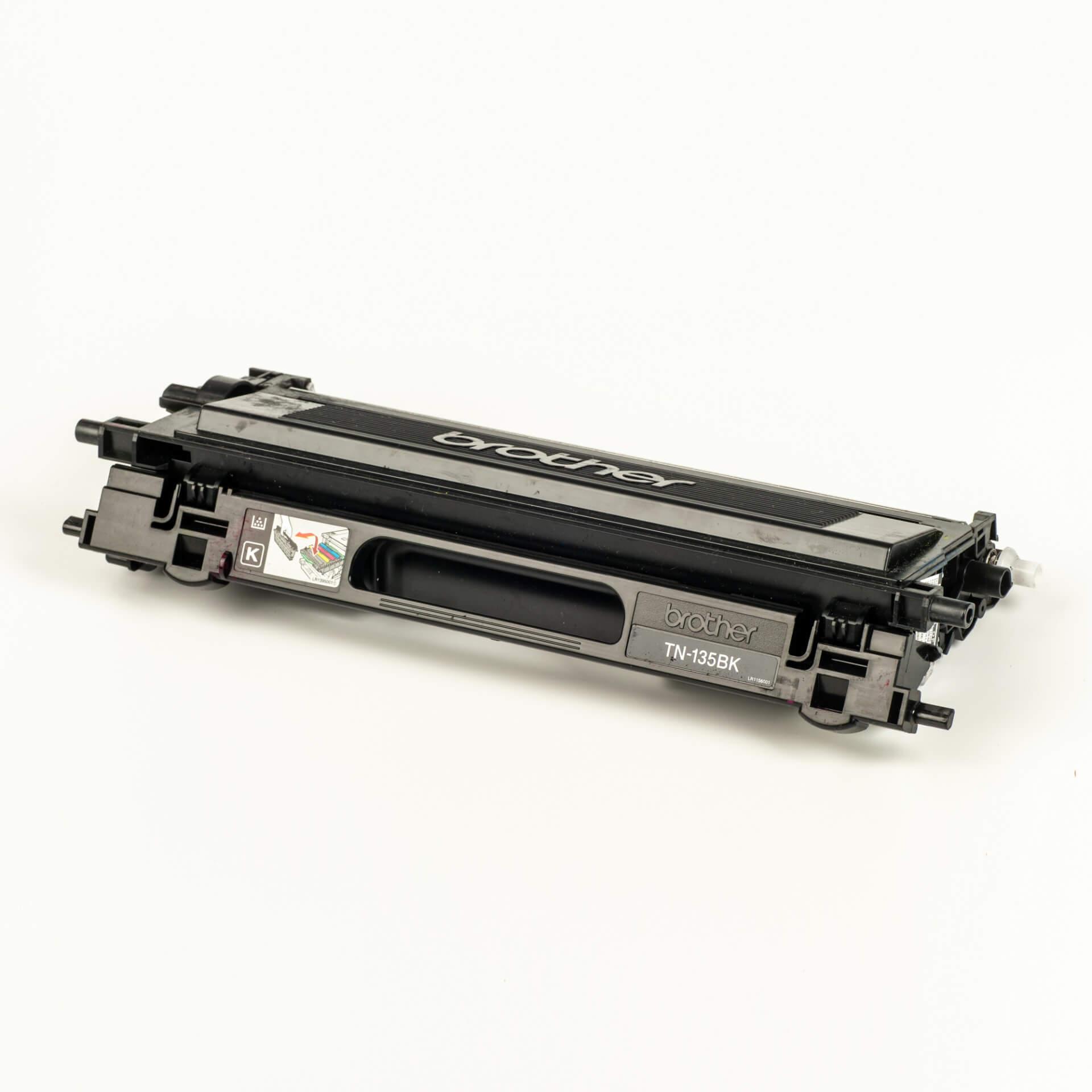 Auf dem Bild sehen Sie eine Brother TN-135BK Schwarz Original Tonerkassette