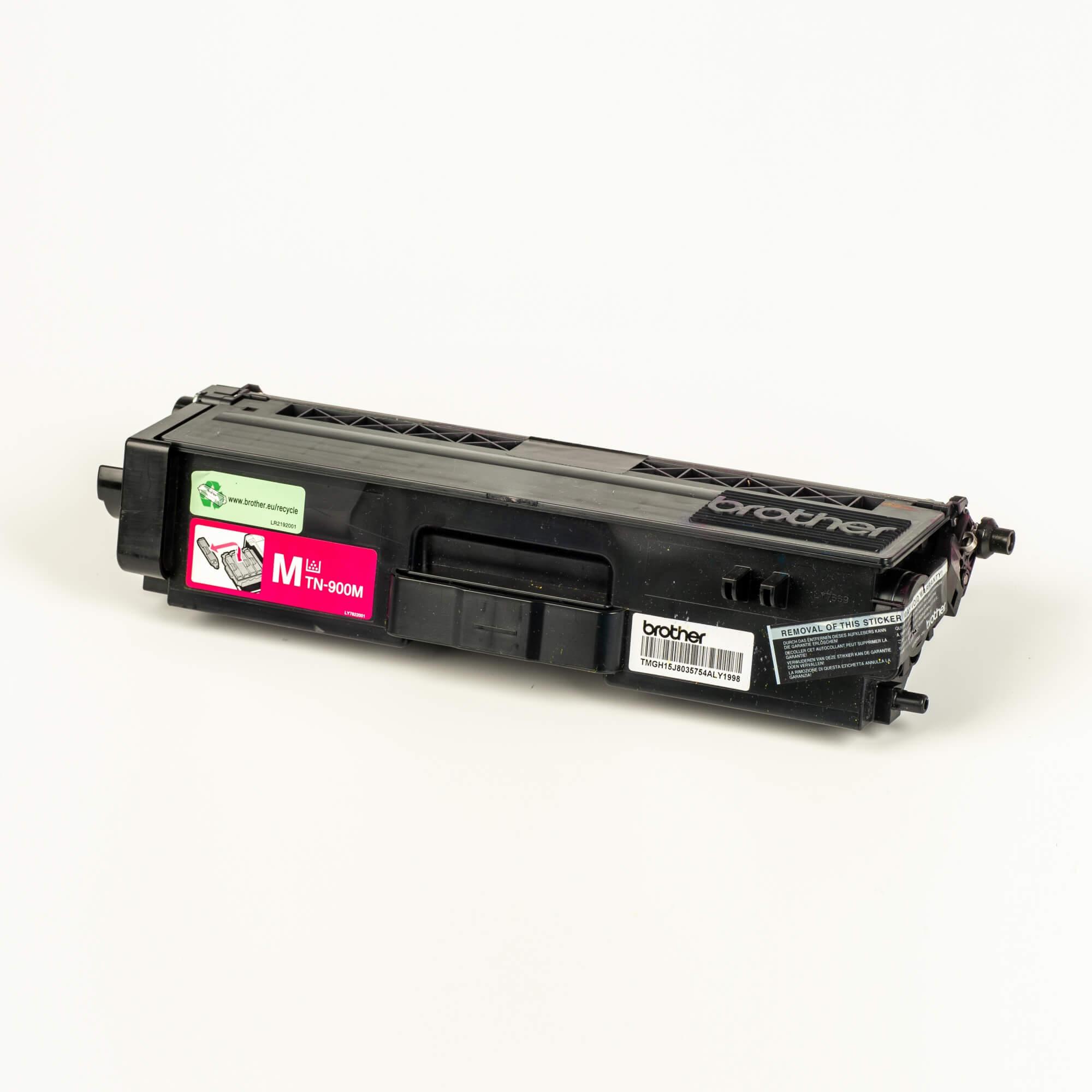 Auf dem Bild sehen Sie eine Brother Original Super-Jumbo-Tonerkassette TN-900M rot