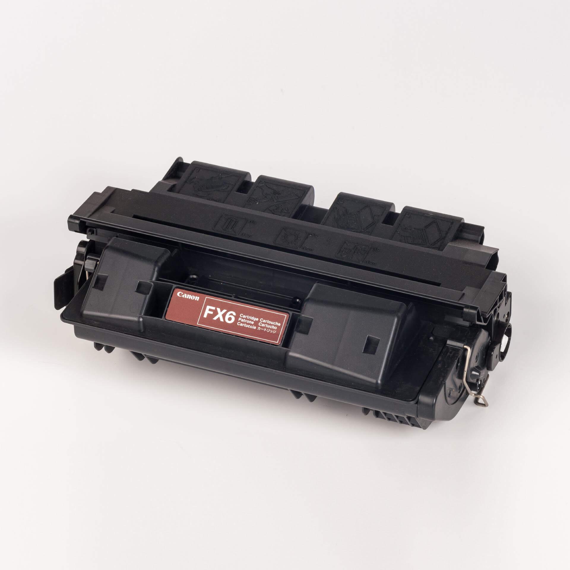 Auf dem Bild sehen Sie eine Canon 1559A003 FX-6 Original Tonerkartusche schwarz