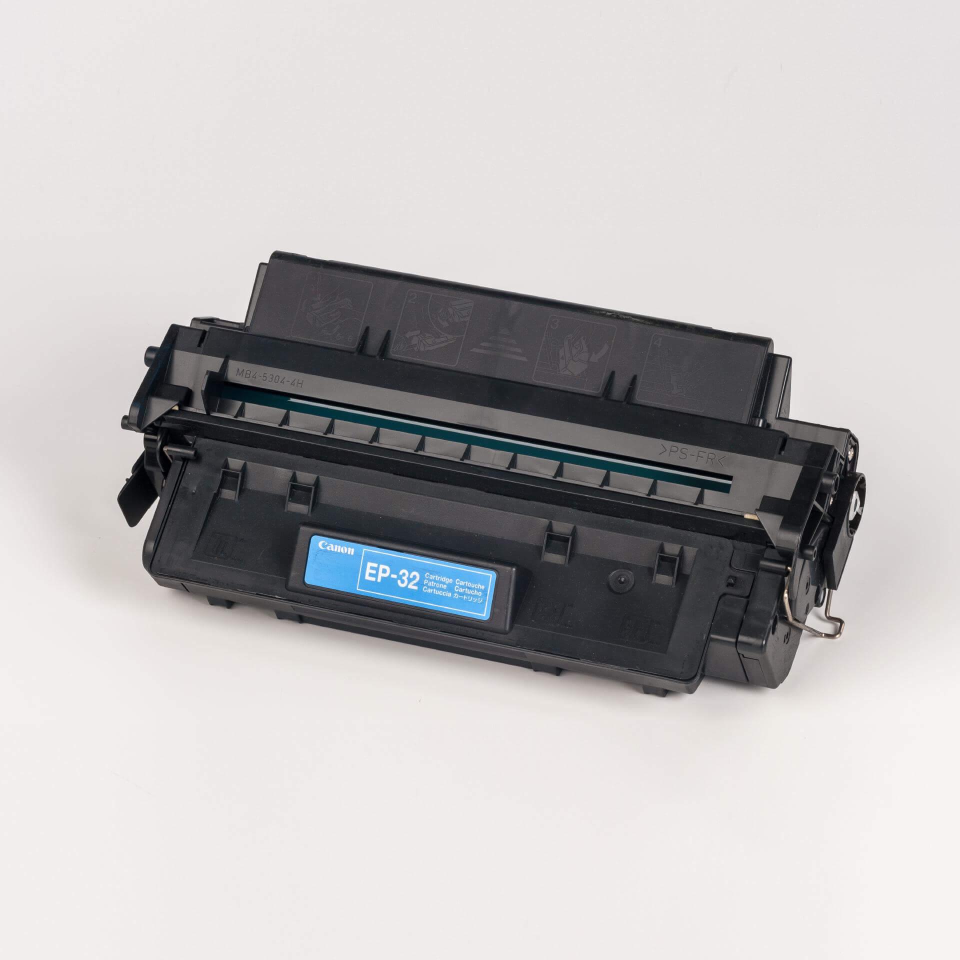 Auf dem Bild sehen Sie eine Canon 1561A003 EP-32 Tonerkartusche schwarz