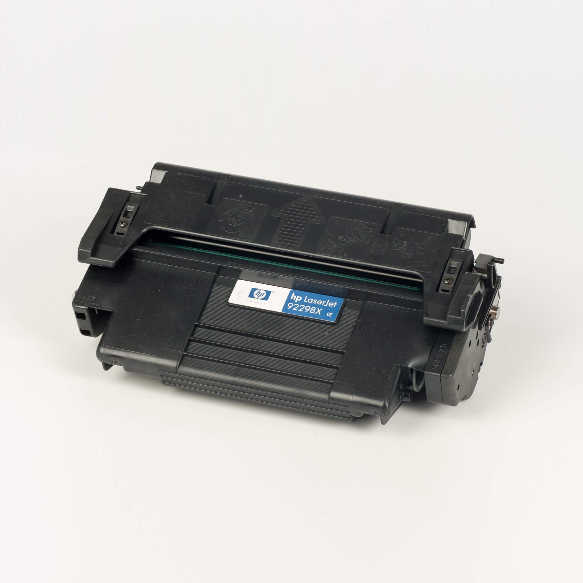 Auf dem Bild sehen Sie eine HP 98X (92298X) Original Tonerkartusche