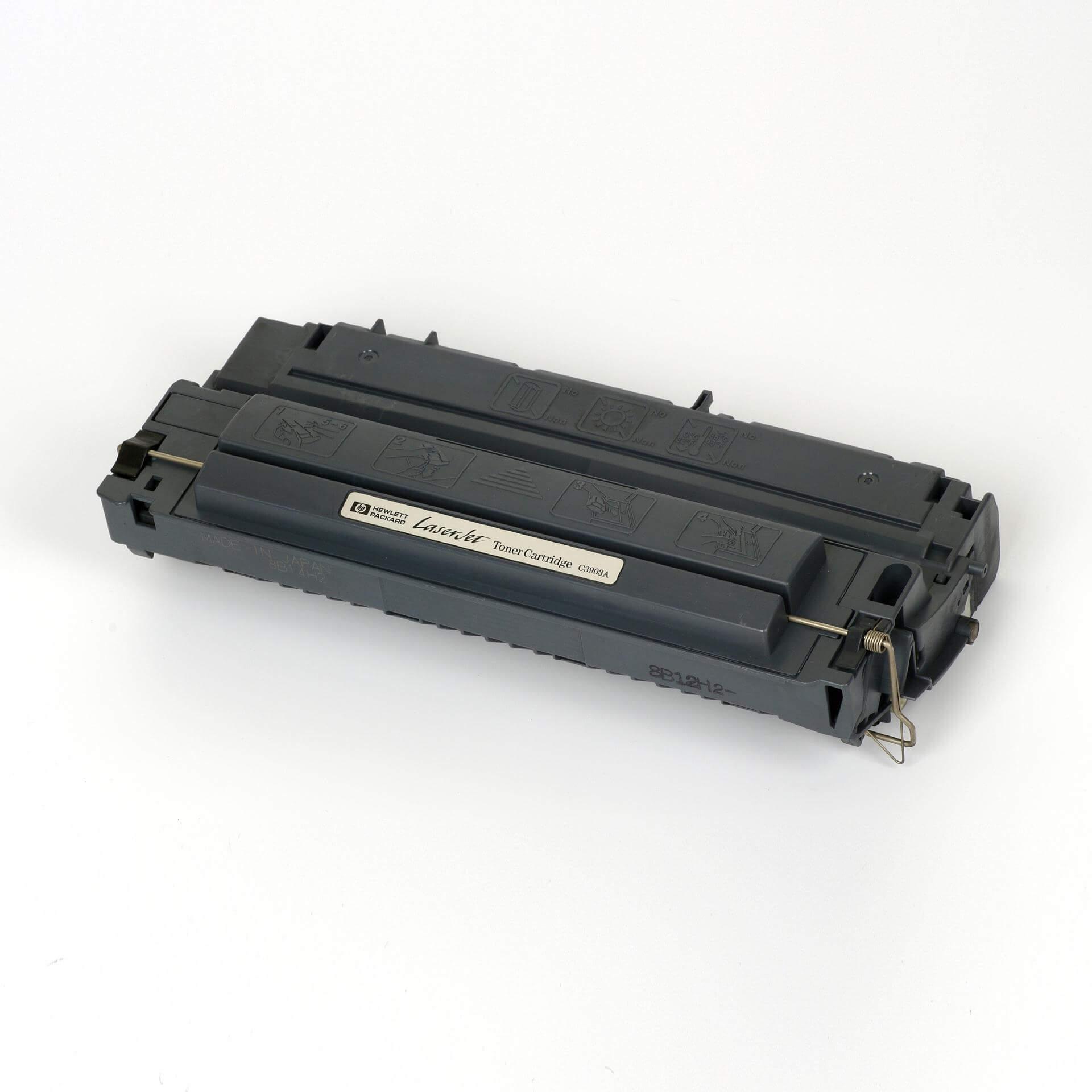 Auf dem Bild sehen Sie eine HP 03A (C3903A) Schwarz Original Tonerkartusche
