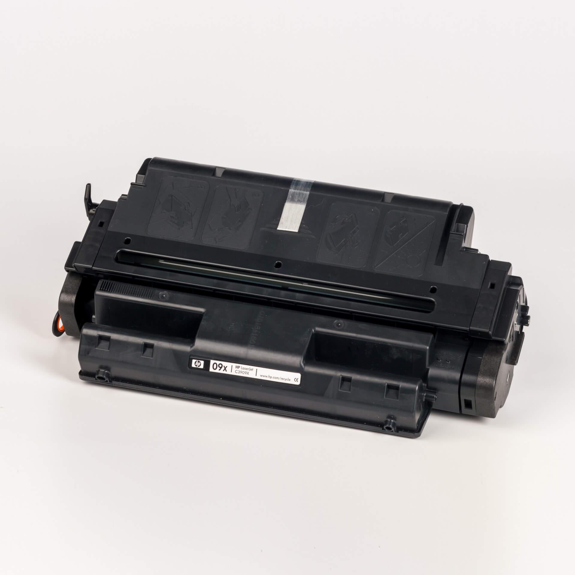 Auf dem Bild sehen Sie eine HP 09X (C3909X) Schwarz Original Tonerkartusche