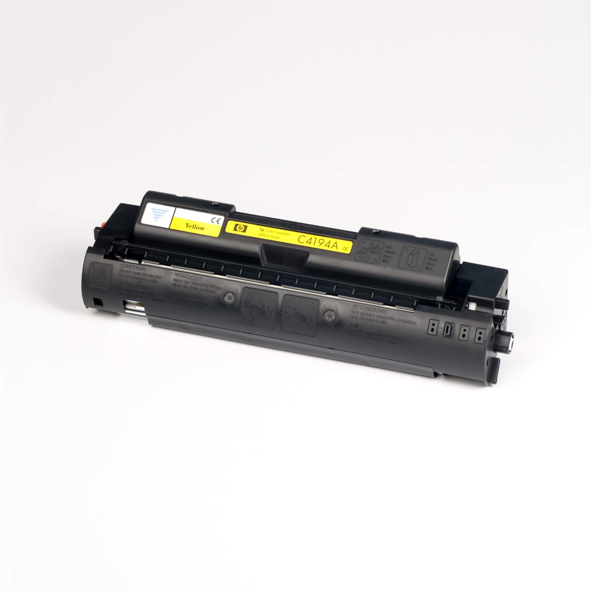 Auf dem Bild sehen Sie eine HP C4194A Gelb Original Tonerkartusche