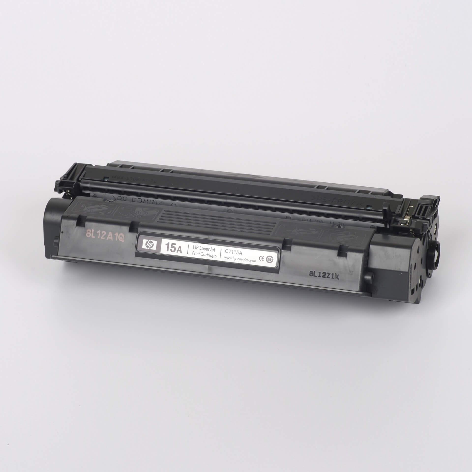 Auf dem Bild sehen Sie eine HP 15A (C7115A) Schwarz Original Tonerkartusche
