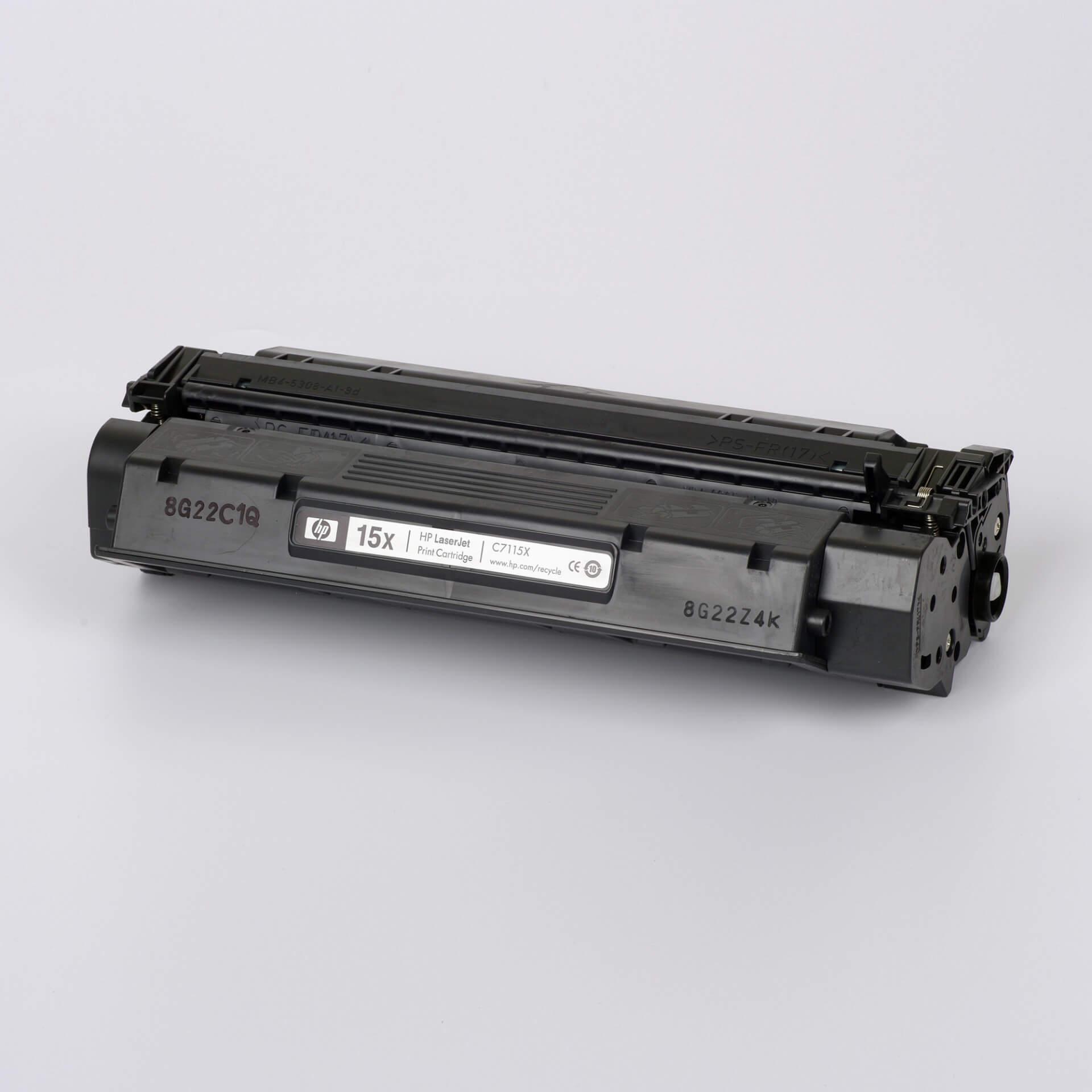 Auf dem Bild sehen Sie eine HP 15X (C7115X) Schwarz Original Tonerkartusche