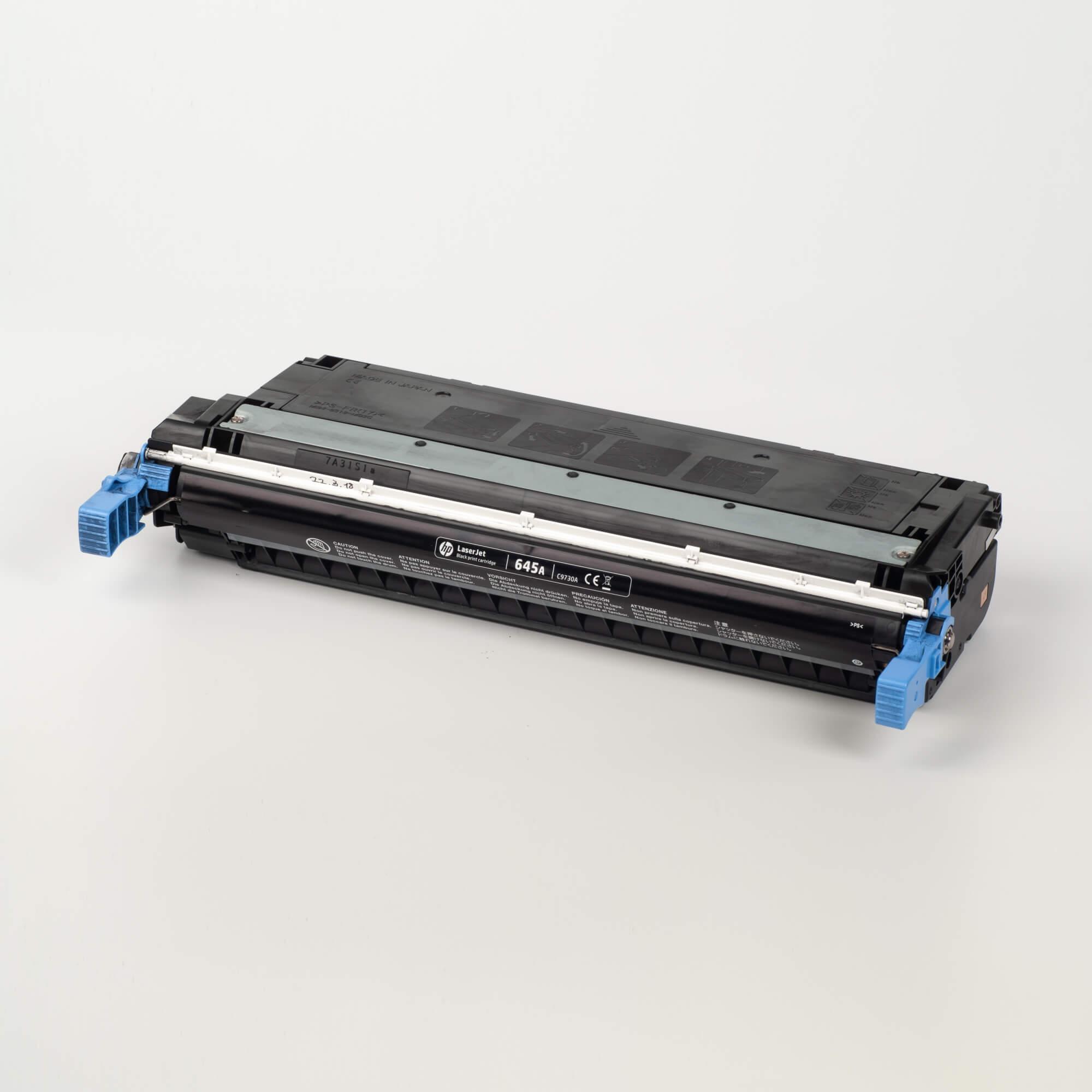 Auf dem Bild sehen Sie eine HP 645A (C9730A) Schwarz Original Tonerkartusche