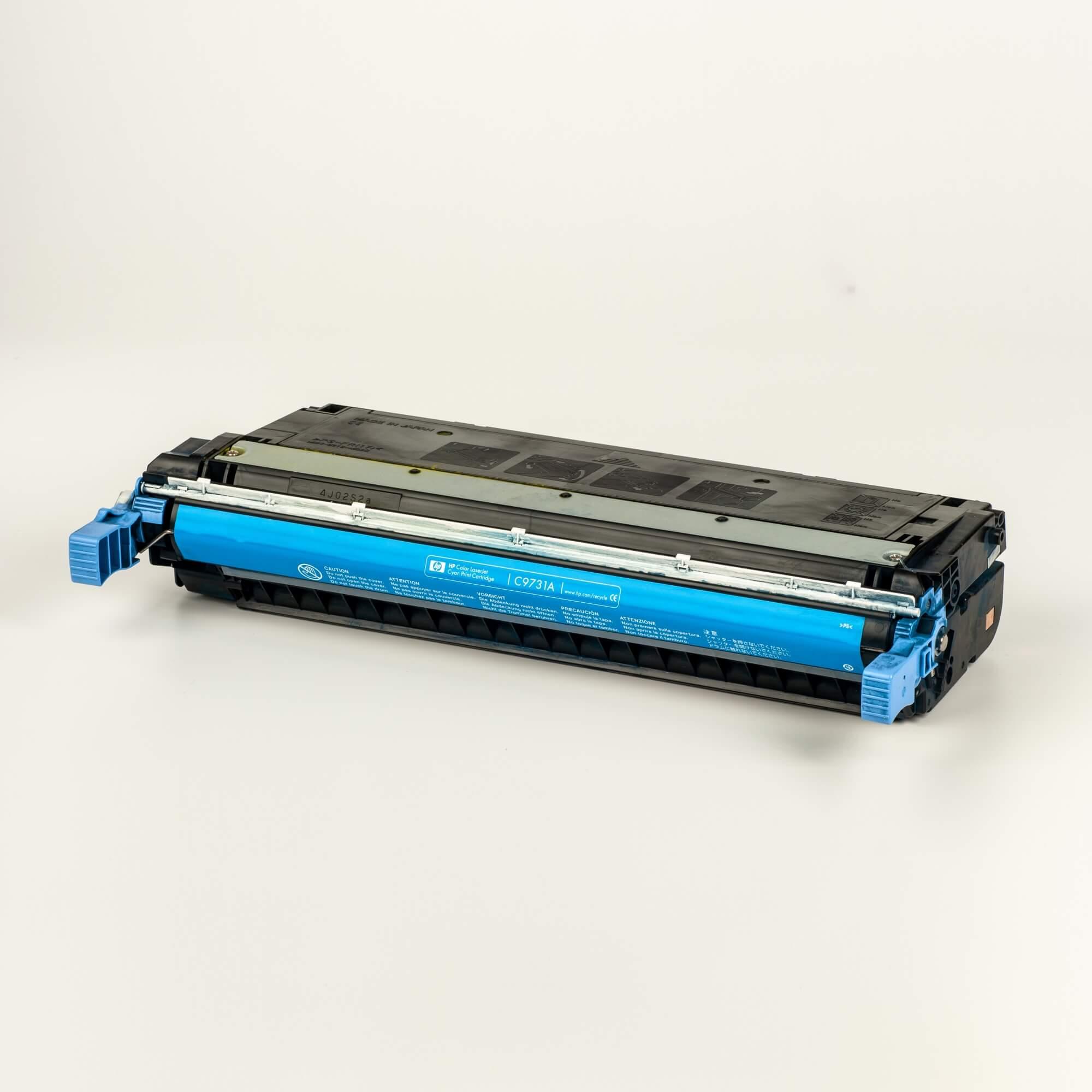 Auf dem Bild sehen Sie eine HP 645A (C9731A) Blau Original Tonerkartusche