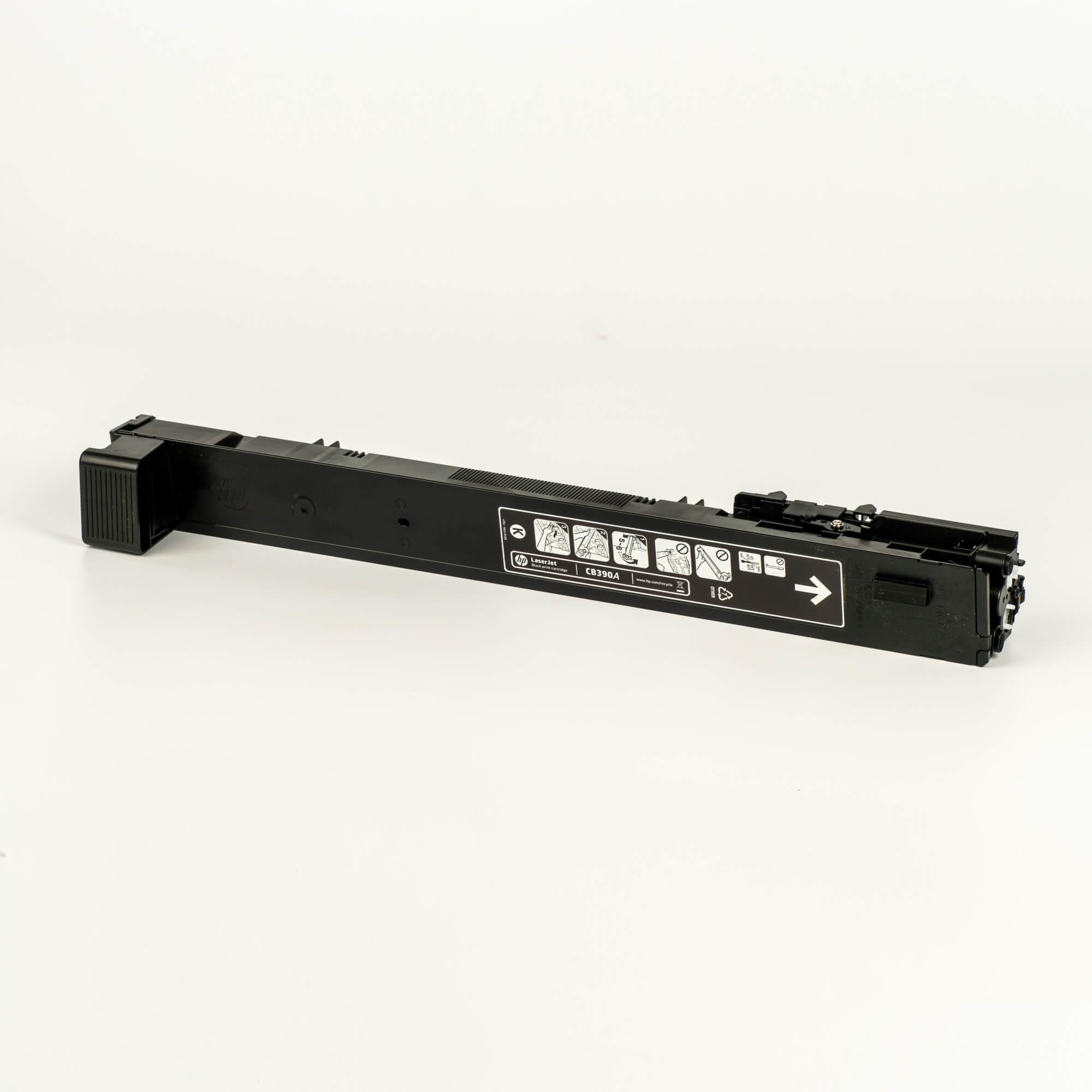 Auf dem Bild sehen Sie eine HP 825A (CB390A) Schwarz Original Tonerkartusche