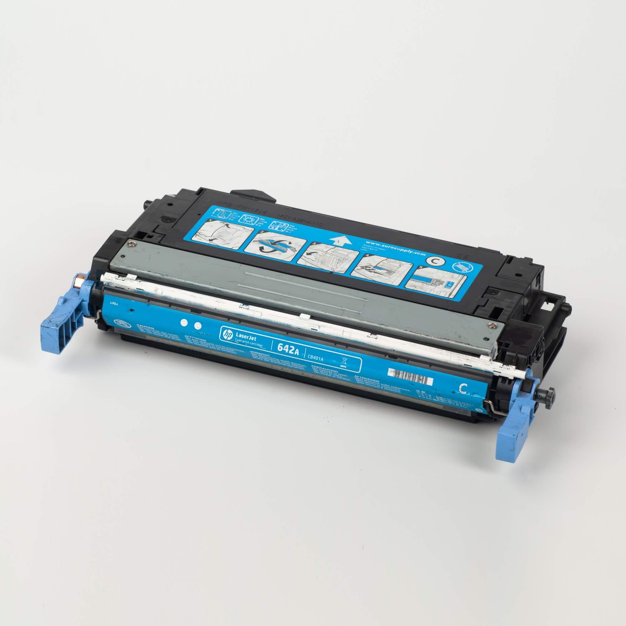 Auf dem Bild sehen Sie eine HP 642A (CB401A) Blau Original Tonerkartusche