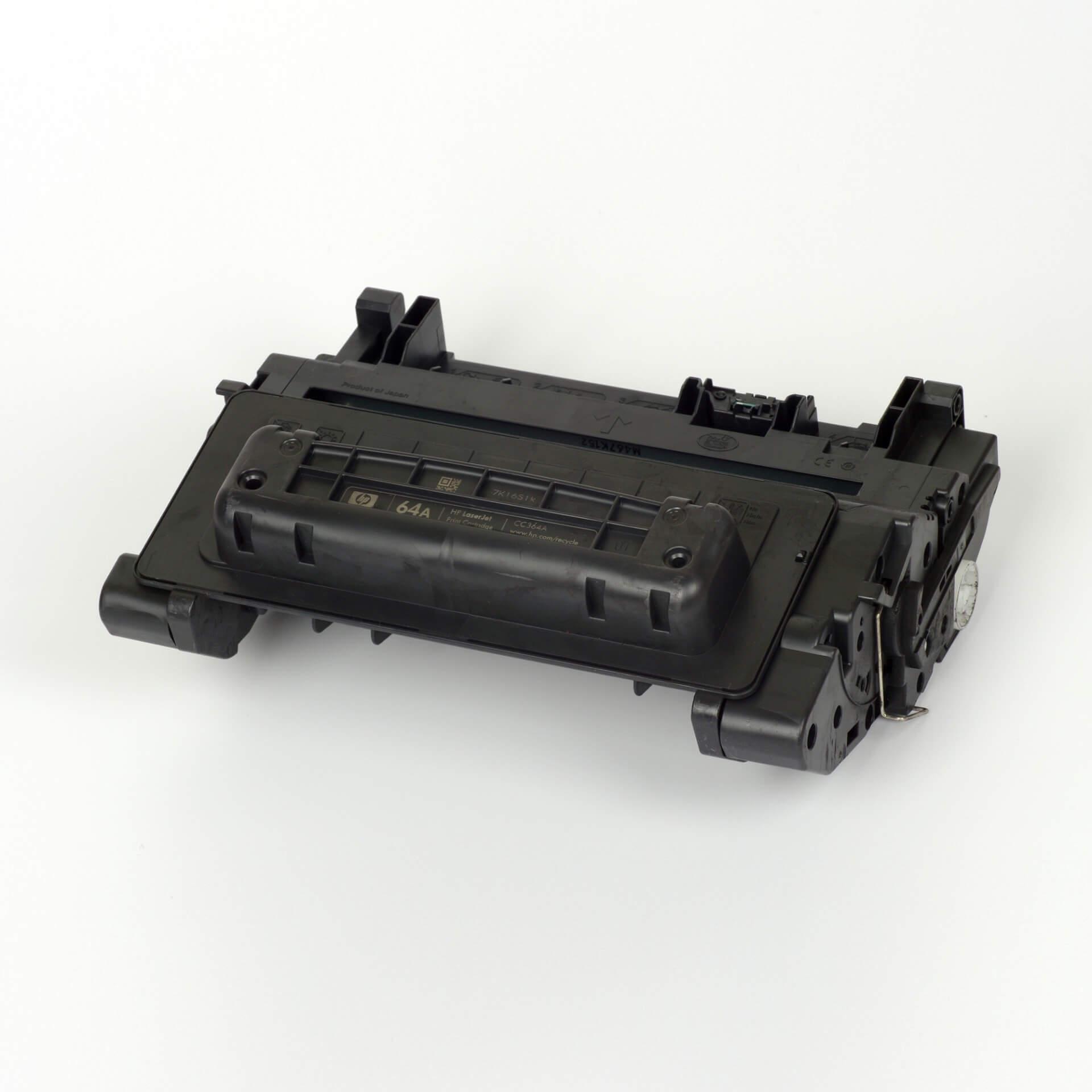 Auf dem Bild sehen Sie eine HP 64A (CC364A) Schwarz Original Tonerkartusche
