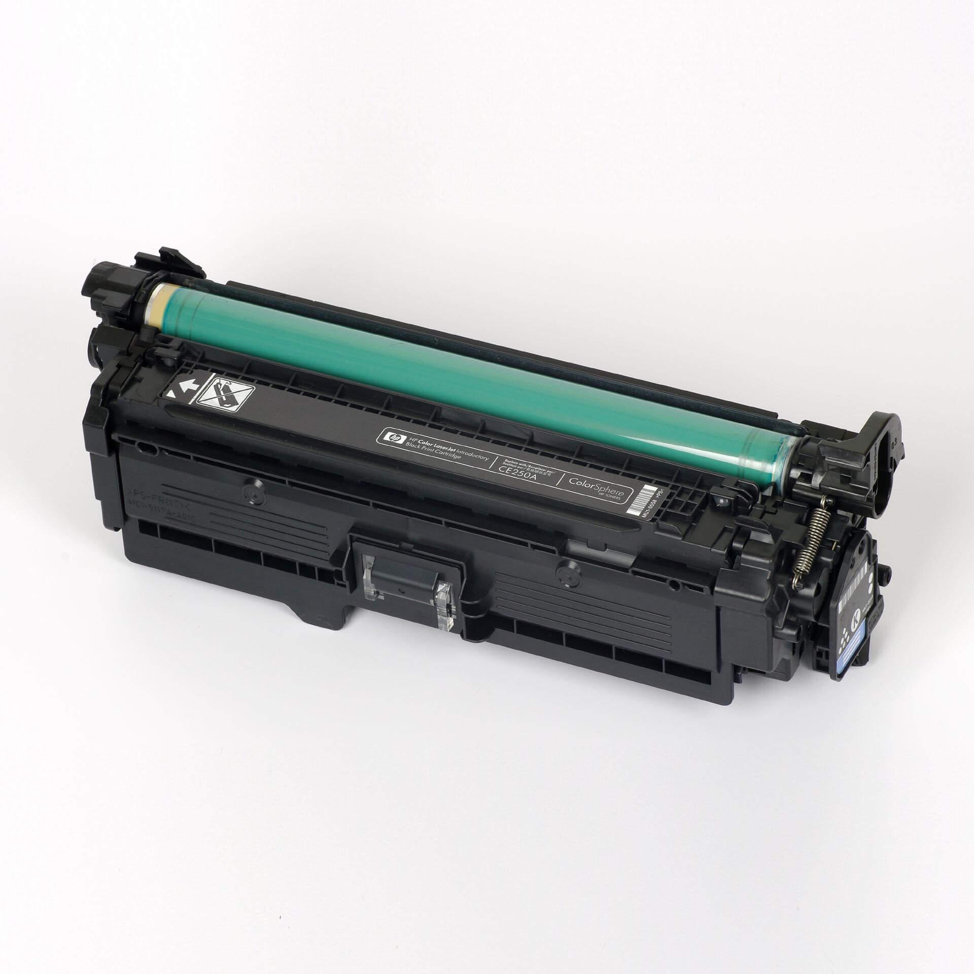 Auf dem Bild sehen Sie eine HP 504A (CE250A) Schwarz Original Tonerkartusche