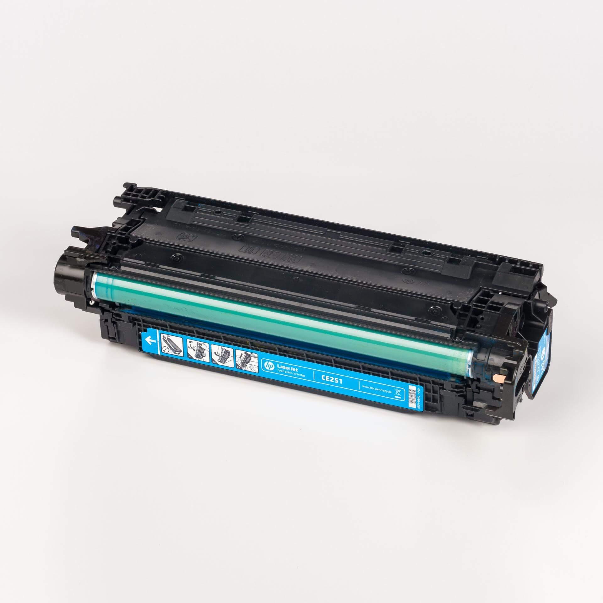 Auf dem Bild sehen Sie eine HP 504A (CE251A) Blau Original Tonerkartusche