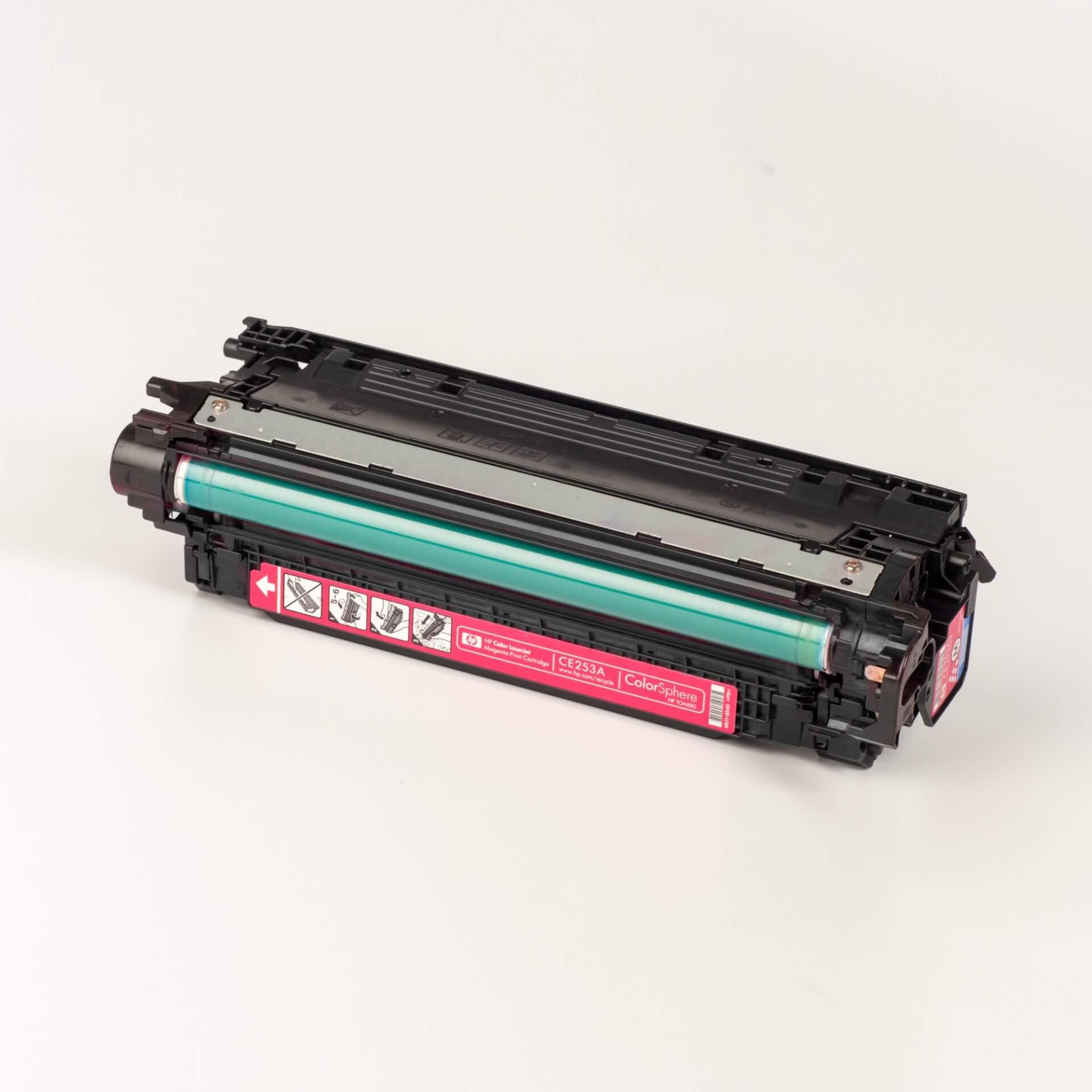 Auf dem Bild sehen Sie eine HP 504A (CE253A) Rot Original Tonerkartusche