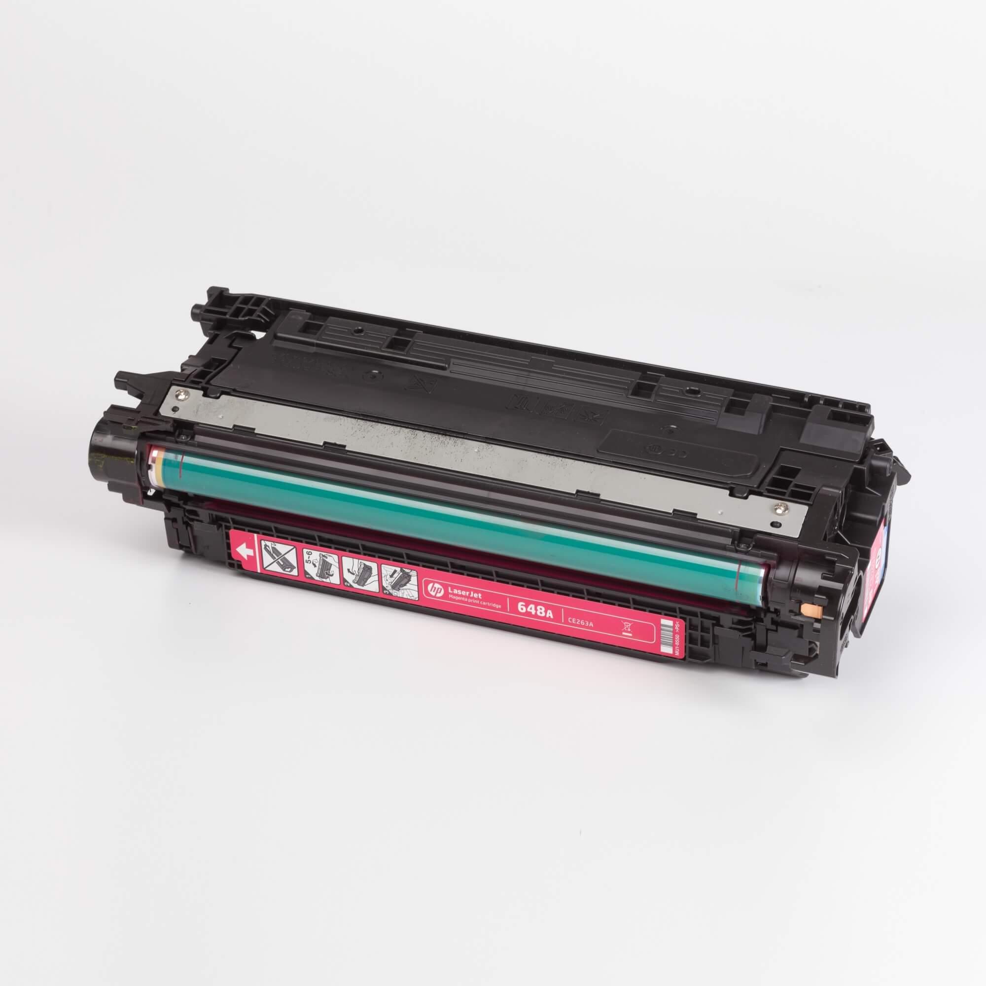 Auf dem Bild sehen Sie eine HP 648A (CE263A) Rot Original Tonerkartusche