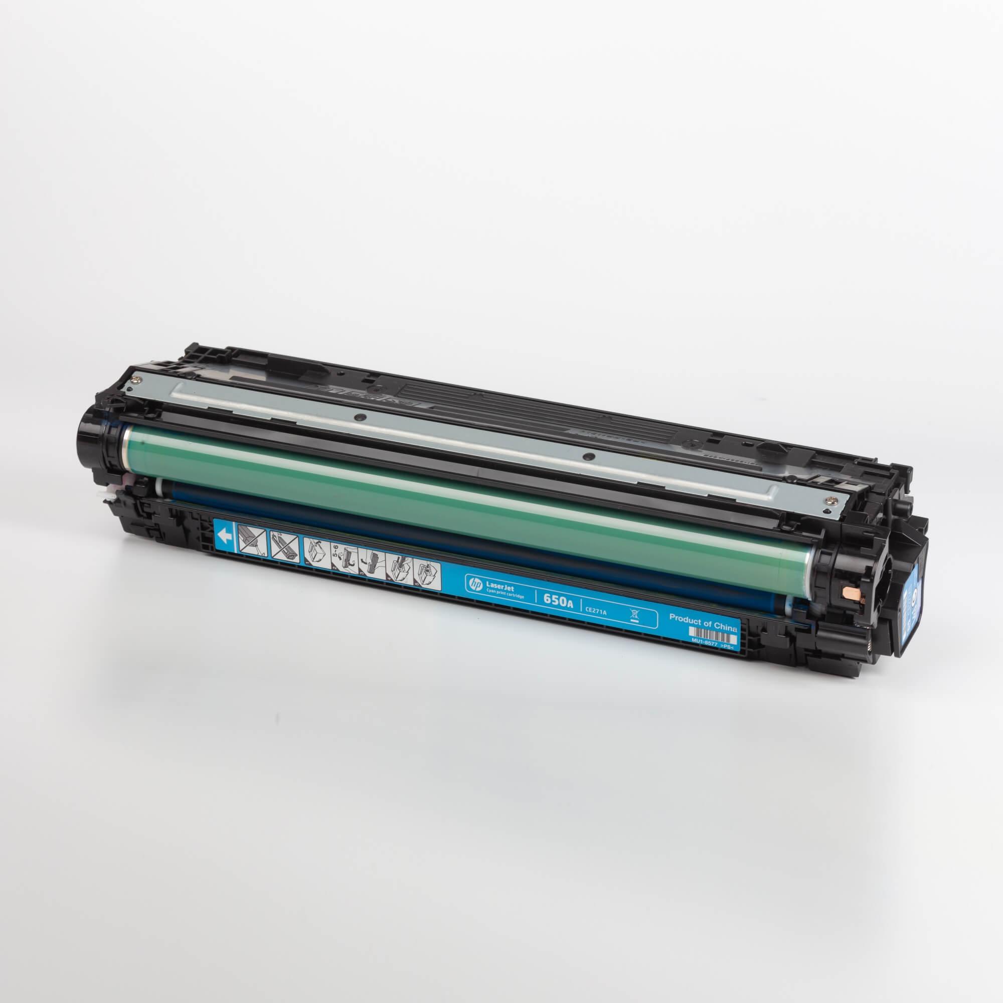 Auf dem Bild sehen Sie eine HP 650A (CE271A) Cyan Original Tonerkartusche