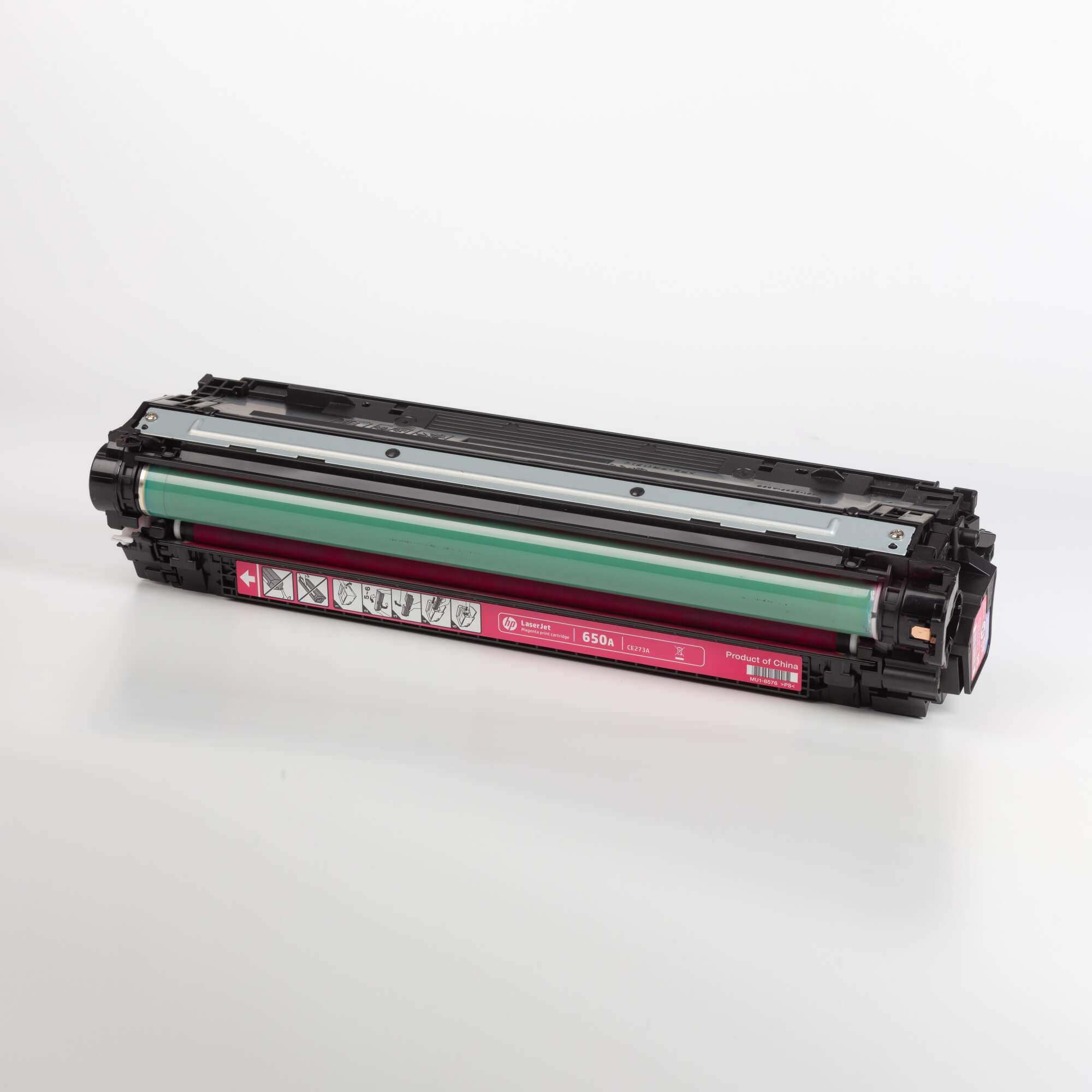 Auf dem Bild sehen Sie eine HP 650A (CE273A) Magenta Original Tonerkartusche