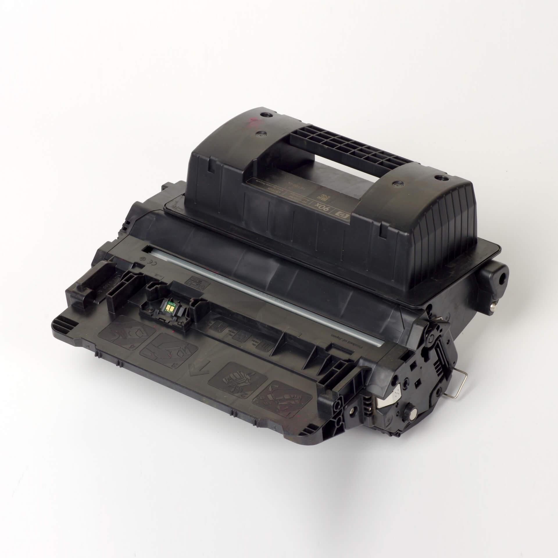 Auf dem Bild sehen Sie eine HP 90X (CE390X) Schwarz Original Tonerkartusche