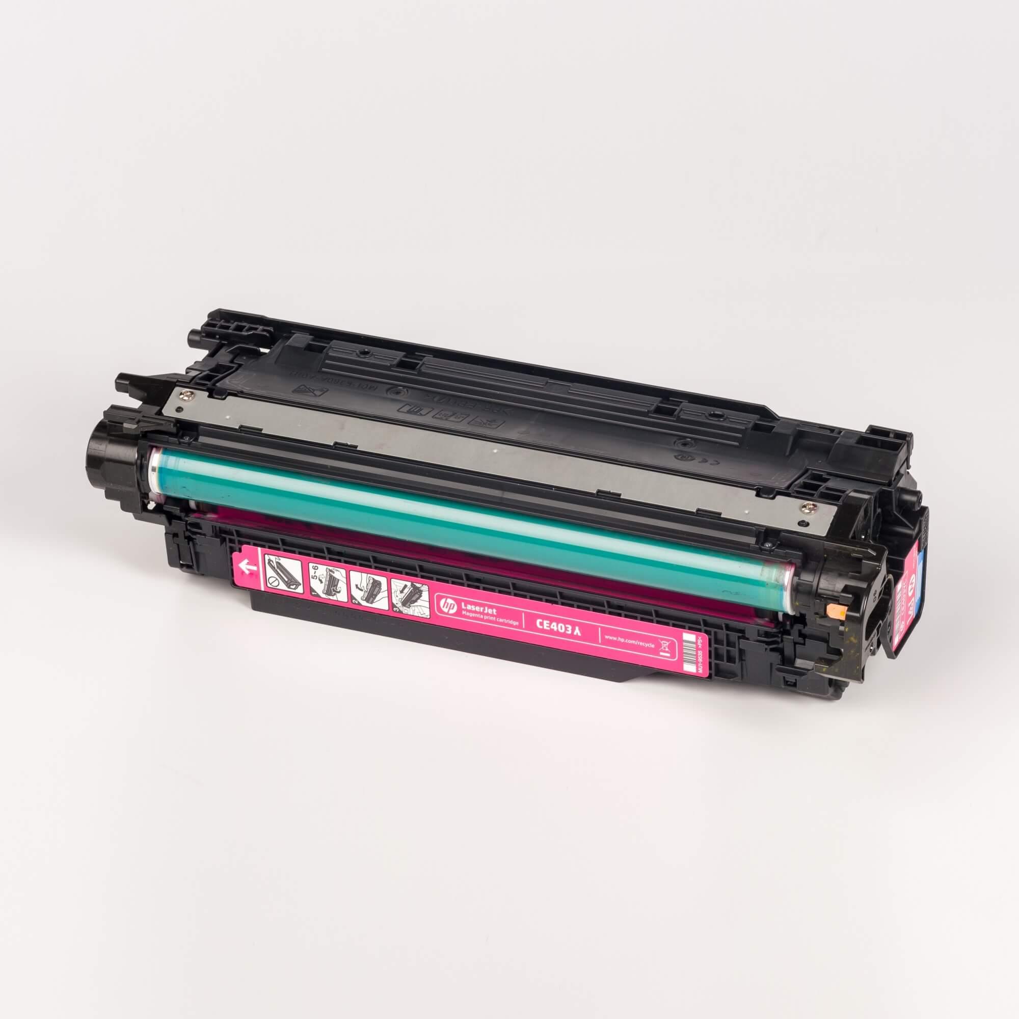 Auf dem Bild sehen Sie eine HP 507A (CE403A) Rot Original Tonerkartusche