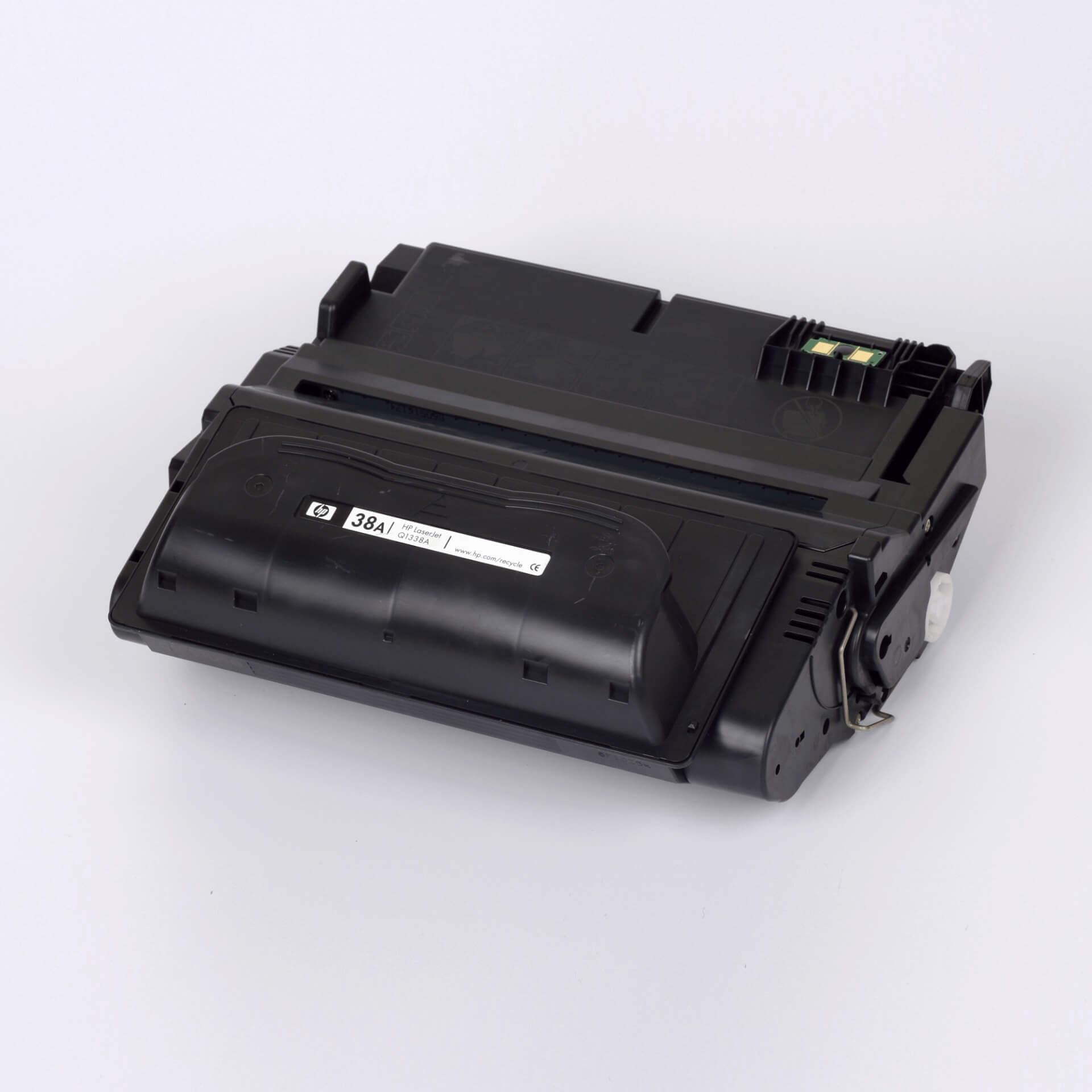 Auf dem Bild sehen Sie eine HP 38A (Q1338A) Schwarz Original HP Tonerkartusche