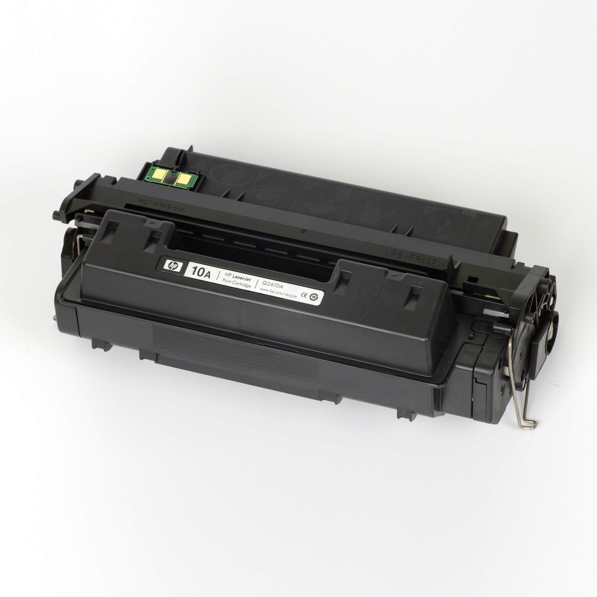 Auf dem Bild sehen Sie eine HP 10A (Q2610A) Schwarz Original Tonerkartusche