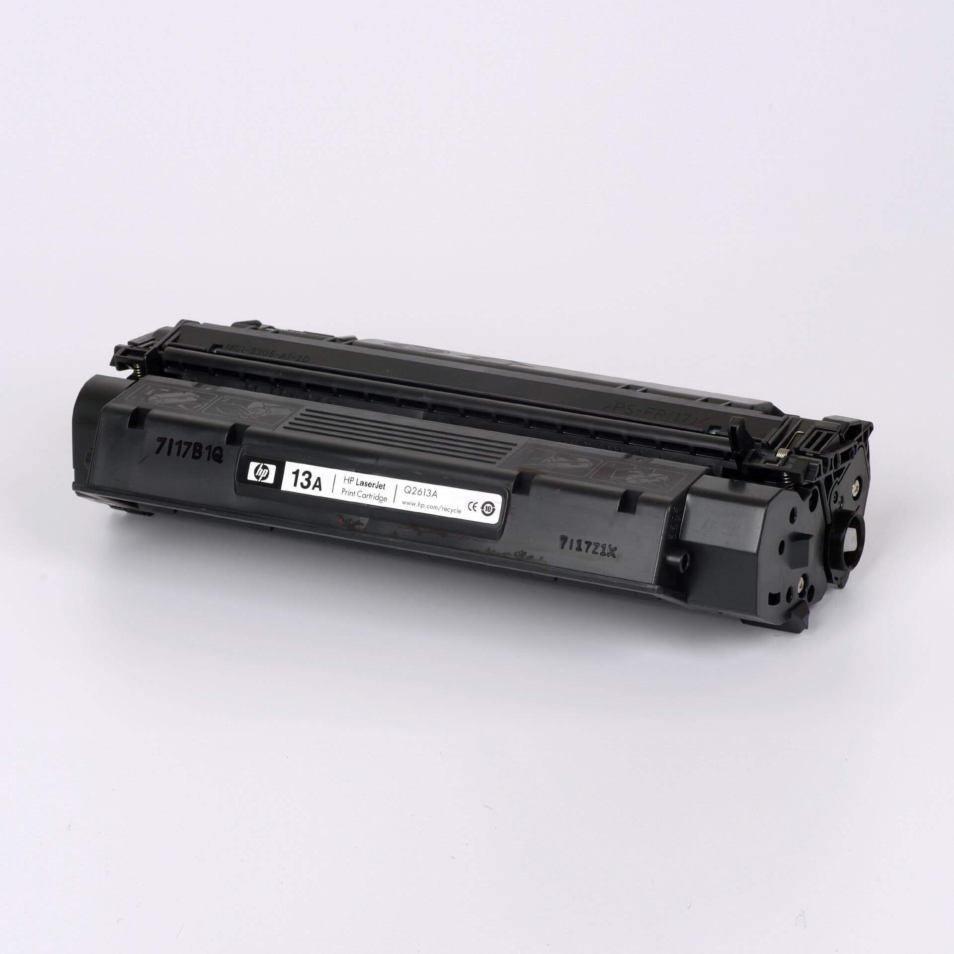 Auf dem Bild sehen Sie eine HP 13A (Q2613A) Schwarz Original Tonerkartusche