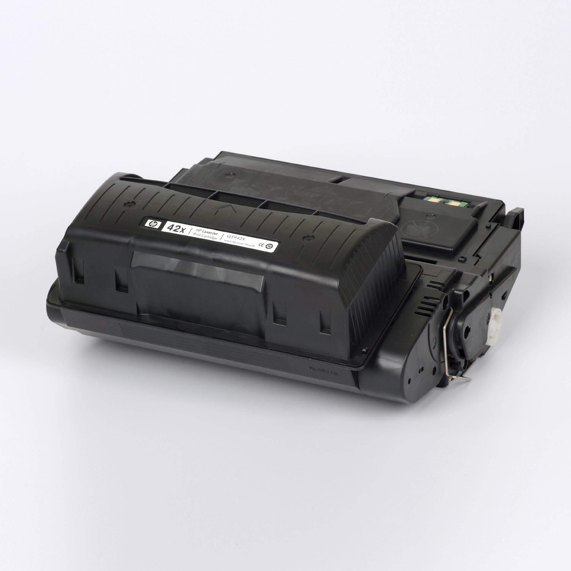 Auf dem Bild sehen Sie eine HP 42X (Q5942X) Schwarz Original HP LaserJet Tonerkartusche