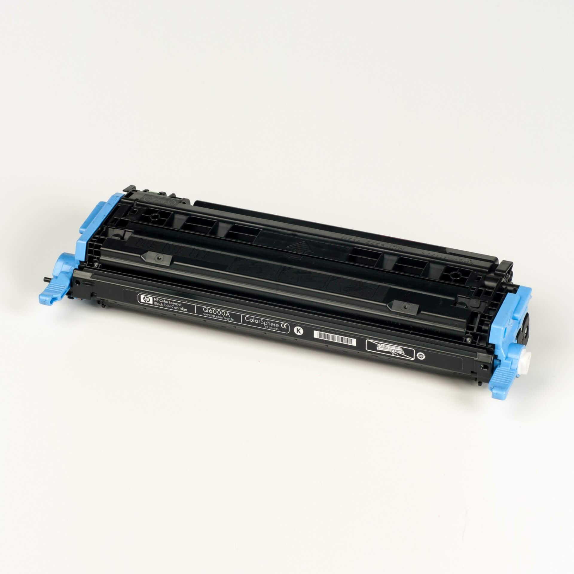 Auf dem Bild sehen Sie eine HP 124A (Q6000A) Schwarz Original Tonerkartusche