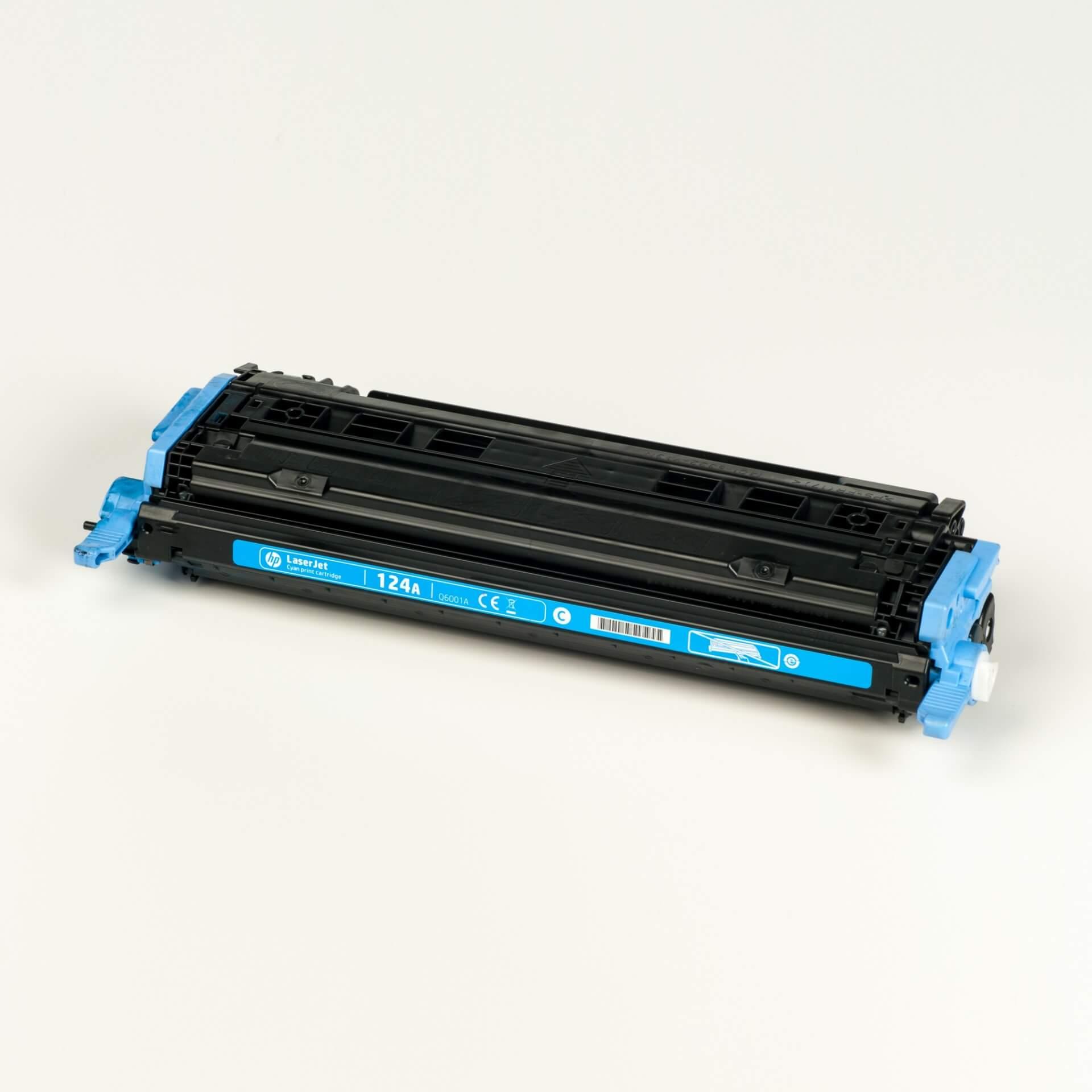 Auf dem Bild sehen Sie eine HP 124A (Q6001A) Blau Original Tonerkartusche