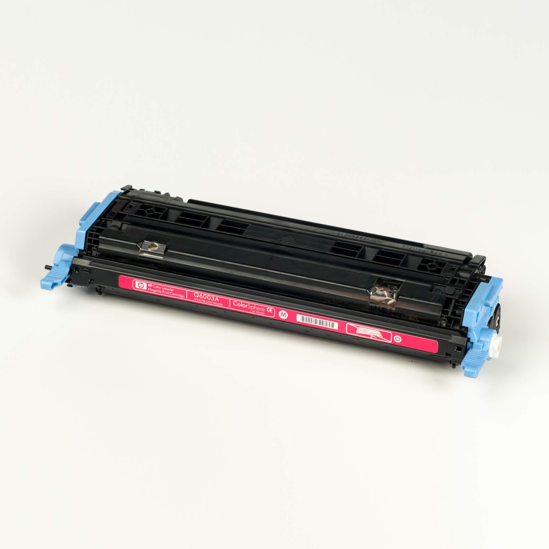 Auf dem Bild sehen Sie eine HP 124A (Q6003A) Rot Original Tonerkartusche