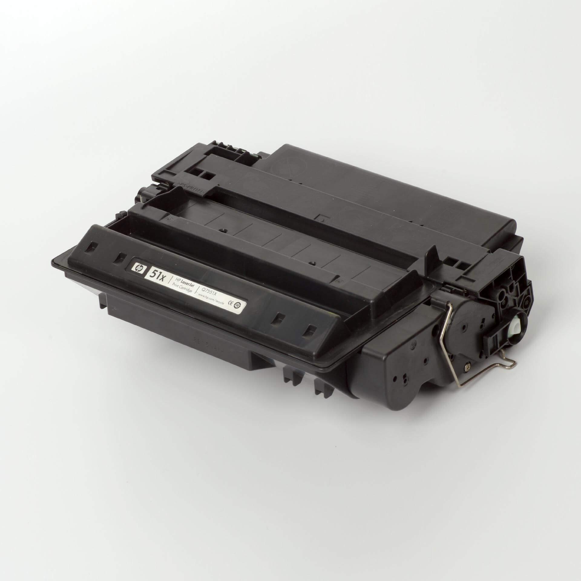 Auf dem Bild sehen Sie eine HP 51X (Q7551X) Schwarz Original Tonerkartusche