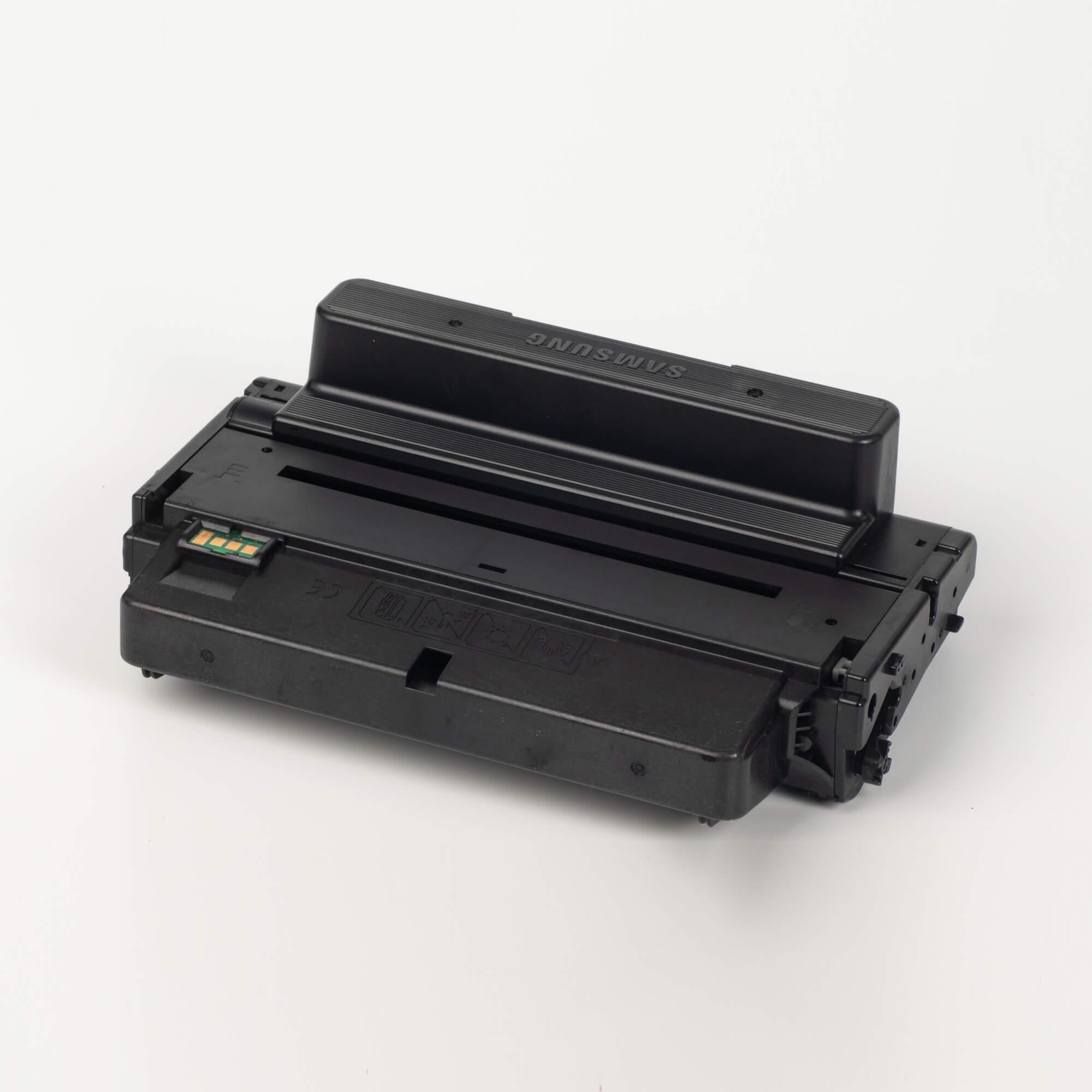 Auf dem Bild sehen Sie eine Samsung MLT-D205E/ELS Original Toner Schwarz